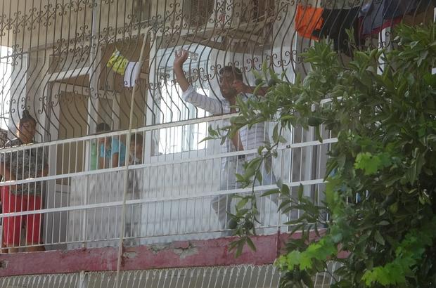 Adana'da dehşet: Uyuşturucu krizine girdi annesi, ablası ve 4 yeğenini rehin aldı Özel harekat kapıyı kırdı, amcası kürekle balkon demirlerine vurdu Uyuşturucu krizine şahıs 1 buçuk saat boyunca dehşet saçtı