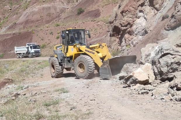 Heyelan köy yolunu kapattı, ekipler seferber oldu Sivas'ın Zara ilçesinde heyelan sebebiyle kapanan köy yolu İlçe Özel İdaresi ekipleri tarafından temizlenerek ulaşıma açıldı