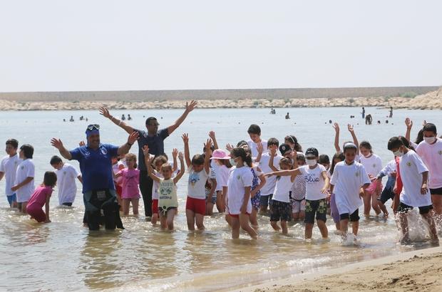 Haydi çocuklar denize Erdemli Belediyesi kırsaldaki çocukları denizle buluşturdu, tiyatro oyunuyla eğlendirdi
