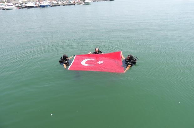 Mersin'de dalgıç polisler denizde Türk bayrağı açtı, kirliliği görüntüledi