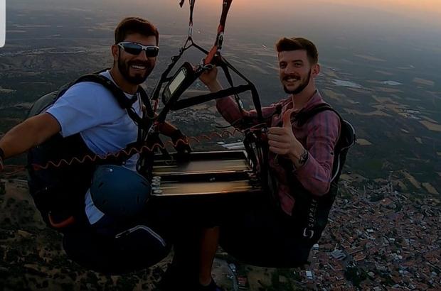 Gökyüzünde tavla keyfi yaptılar İki paraşütçü 600 metre yükseklikte tavla oynadı