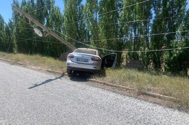 Direksiyon hakimiyetini kaybetti, direğe çarptı Sivas'ta direksiyon hakimiyetini kaybeden sürücü elektrik direğine çarptı