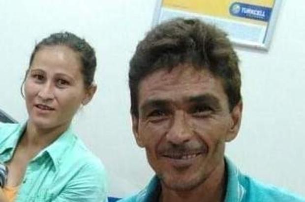 """Muz serasında kocasını öldüren kadın: """"15 yıl boyunca şiddet gördüm"""" Mersin'in Anamur ilçesinde geçtiğimiz ağustos ayında çalıştığı muz serasında kocasını öldürdüğü iddiasıyla tutuklanan kadın, ilk kez hakim karşısına çıktı Bir televizyon programında canlı yayında cinayeti itiraf eden Alime Toprak, 15 yaşında köyde hayvan otlatırken kocası tarafından tecavüze uğradığını, bundan dolayı hamile kaldığını, o yüzden evlenmek zorunda kaldığını ifade etti Evli kaldığı 15 yıl boyunca sürekli şiddet gördüğünü, 4 kez düşük yaptığını, kocasının kendisini para karşılığında satmaya çalıştığını ileri süren Toprak, cinayeti de kendisine bıçakla saldıran kocasından korunmak için işlediğini söyledi"""