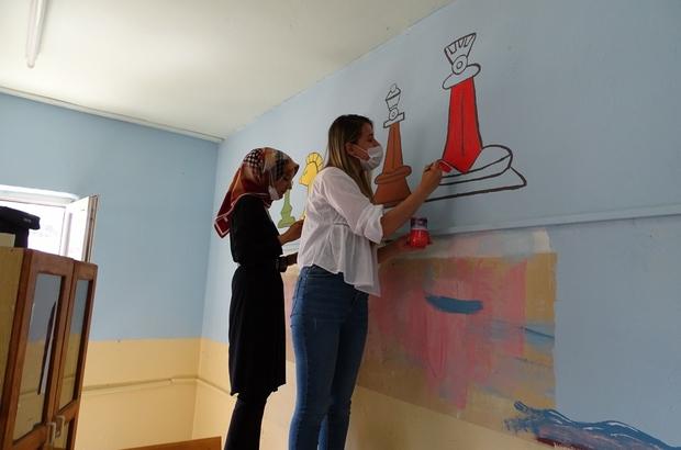 (ÖZEL) Öğretmenler Zeka Oyunları ve Okuma Atölyesi oluşturdu Atölyenin boya ve resim çalışmalarını öğretmenler yapıyor