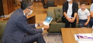 Genç yazar Oğulcan Heybel, kitabını Vali Ali Çelik'e takdim etti