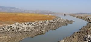"""Marmara kuruyor, canlılar ölüyor Marmara Gölü'nde canlı ölümleri endişe oluşturdu Gölmarmara ve Çevresi Su Ürünleri Üretim ve Değerlendirme Kooperatif Başkanı İsmail Yaslı: """"Göldeki su seviyesi 25 santimetreye geriledi"""" Balıkçı Ahmet Çetin: """"Göldeki balıkçılık bitti"""""""