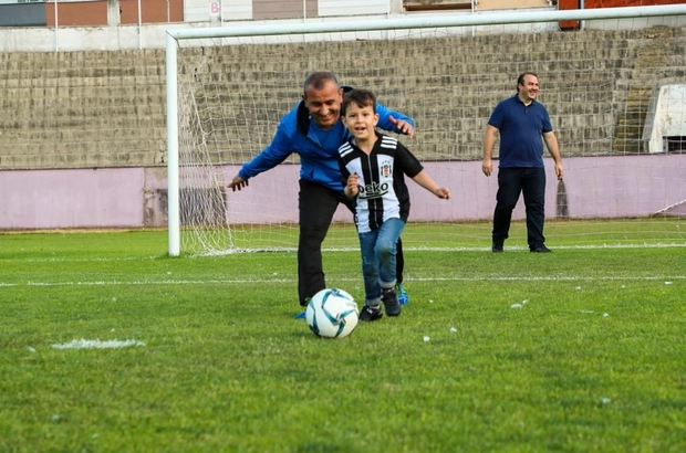 Vali, çocukların kendisiyle top oynama isteğini yerine getirdi