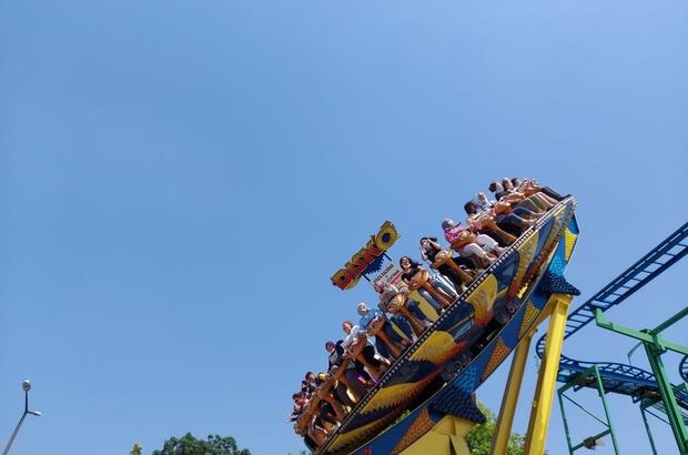 Karne sevinci lunaparkta coşkuya döndü Yüzlerce öğrenci lunaparkta doyasıya eğlendi