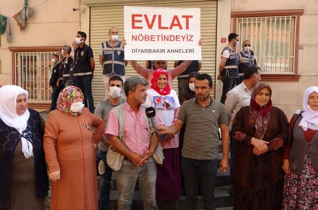"""CHP sözünü tutmadı, aileler tepki yağdırdı Ailelerden kaçmak için yarın buluşma ayarlayacağı sözünü veren CHP'li milletvekili sözünü tutmadı Ailelerin tek isteği HDP'den evlatlarını istemesi Evlat nöbetindeki ailelerden CHP'li Hakverdi'ye soru: """"Söz vermiştin sabah 8'den beri bekliyoruz hani neredesin"""" CHP'li milletvekili Hakverdi: """"Cumartesi anneleri ve şehit anneleri kızdı"""""""