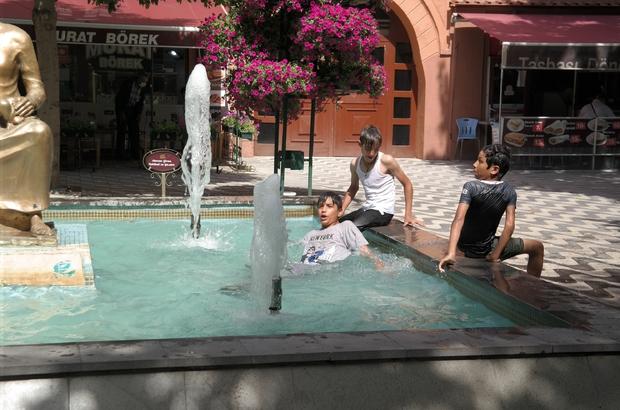 Sıcaktan bunalan çocukların tehlikeli süs havuzu keyfi