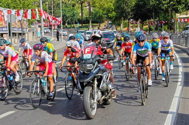 Edebiyat yolunda 107 kilometrelik zorlu parkur başladı Kahramanmaraş'ta Uluslararası Bisiklet Yarışı, kadın sporcuların startı ile başladı