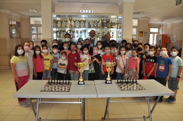 Satranç şampiyonasında kupa sevinci Türkiye satranç şampiyonası, Kütahya okul sporları online satranç turnuvası il elemelerindeki minik kızlar ve minik erkekler kategorisinde dereceye giren Simavlı sporcular, kupa sevinci yaşadı