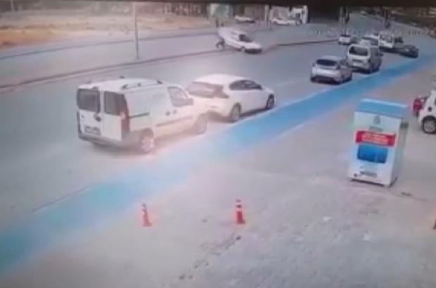 Otomobilin çarptığı yayanın yanından geçip gittiler Konya'da başka bir araçla çarpıştıktan sonra savrulan otomobilin refüjde yürüyen yayaya çarpma anı güvenlik kamerası tarafından görüntülendi