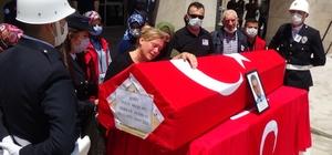 Trafik kazasında şehit olan polis memuru için tören düzenlendi Şehidin ay yıldızlı bayrağa sarılı naaşı omuzlarda taşındı, defnedilmek üzere memleketi Edirne'ye gönderildi