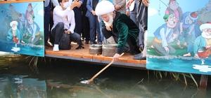 62. Uluslararası Nasreddin Hoca Şenliği başladı Şenlikte temsili Nasreddin Hoca Behzat Uygur, denizlerdeki müsilajdan kurtulmak duasıyla göle maya çaldı