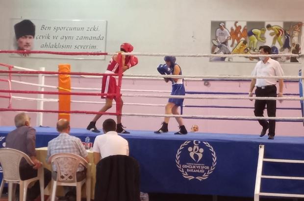 Yıldız boksörler ringde nefes kesti Normalleşme süreci ile 1.5 yıldır yapılamayan salon müsabakaları start aldı