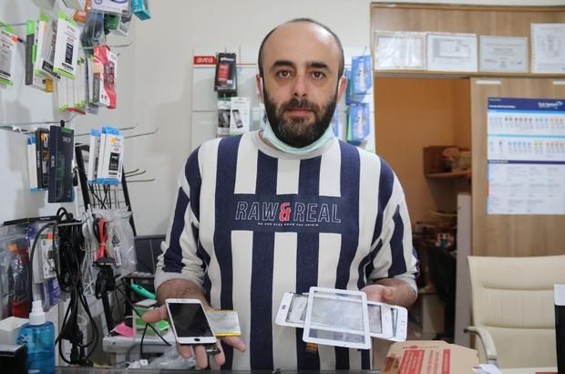 """(ÖZEL) Telefon tamirinde aracılara dikkat Aracılar, akıllı telefon tamirinde fiyatları yükseltiyor Telefon tamircisi Korkmaz Sönmez: """"Aracı, işçiliği yapandan çok daha fazla para kazanıyor"""""""