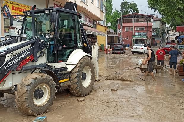 Bursa'da sel bir mahalleyi sular altında bıraktı Evleri ve iş yerlerini su bastı sokaklar dereye döndü Evi sular altında kalan yaşlı kadın ve gelini gözyaşları içerisinde eşyalarını kurtarmaya çalıştı Vatandaşlar evlerini buzdolabı ve kanepeleri set çekip sel sularından korumaya çalıştı