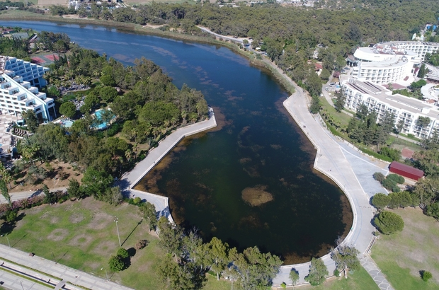 """(ÖZEL) Doğa harikası Titreyengöl yok olma tehlikesiyle karşı karşıya Göle taze su verilmezse, ya da içerideki kirli su tahliye edilmezse, artan bitkiler nedeniyle ileride bataklığa dönüşebilir Akdeniz Üniversitesi Kemer Denizcilik Fakültesi Dekanı Prof.Dr. İsmet Balık: """"Irmağın debisi azalmadığı sürece gölde su kesilmesi olmaz, eğer ırmakta debi azalırsa, gölün de su seviyesi düşecektir"""" """"Aşırı bitki üremesi devam eder ve tabana çökelme olur, bu göller giderek derinliğini kaybedecek ve zamanla bataklığa dönüşecektir"""""""