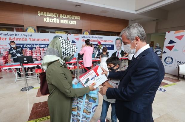 Şahinbey Belediyesi 150 bin adet spor ayakkabı dağıtımını sürdürüyor Şahinbey Belediyesinden öğrencilere karne hediyesi