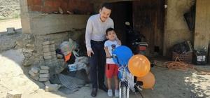 Vali Çelik, küçük Kerem'e verdiği bisiklet sözünü yerine getirdi
