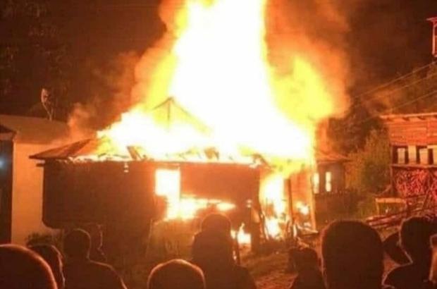 Yangında evlerini kaybettiler, yetkililerden yardım bekliyorlar Sivas'ın Koyulhisar ilçesinde çıkan yangında evi kül olan aile yetkililerden yardım bekliyor