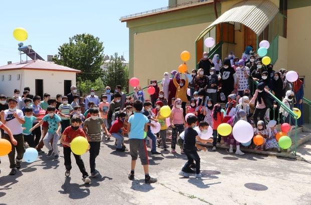 """""""Camilerimiz çiçek açtı"""" Sivas İl Müftüsü Yusuf Akkuş, 5 Temmuz itibariyle eğitime başlayan yaz Kur'an kurslarını ziyaret etti. Geçen yıl salgın nedeniyle yüz yüze gerçekleşemeyen kursların bu yıl hem yüz yüze hem de çevrim içi olarak başladığını ifade eden Müftü Akkuş; """"Yaz Kur'an kurslarımızın açılmasıyla camilerimiz ve Kur'an kurslarımız adeta çiçek açtı"""" dedi."""