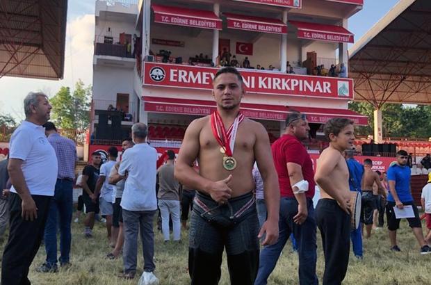 Büyükşehir Güreşçisi Kırkpınar'ın deste küçükboy şampiyonu 660'ıncı tarihi Kırkpınar Yağlı Güreşleri'nde Muğla Büyükşehir Belediyesi güreşçisi Ozan Kıl, deste küçük boy kategorisinde birinci olarak altın madalyanın sahibi oldu.