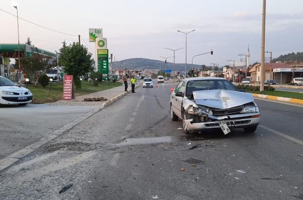 Seyir halindeki otomobil öndeki araca çarptı; 2 yaralı