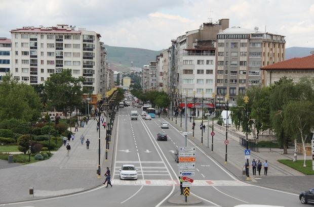 Sivas'ta konut satışı yüzde 45 oranında azaldı 2020'nin Haziran ayında bin 531 konutun satıldığı Sivas'ta 2021'in aynı döneminde satılan konut sayısı yüzde 45 oranında azalarak 700'e geriledi.