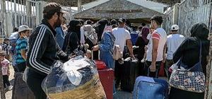 Cilvegözü'nde bayram yoğunluğu Ülkelerine bayramlaşmaya giden Suriyelilerin Cilvegözü Sınır Kapısından geçişleri devam ediyor Cilvegözü Sınır Kapısından bugüne kadar 17 bin 957 kişi bayramı geçirmek için Suriye'ye gitti