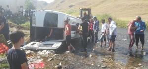 Düğüne giden minibüs dere yatağına devrildi: 2'si ağır 13 yaralı
