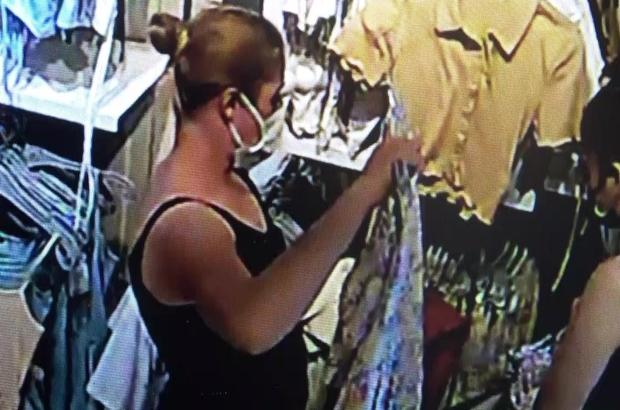 Kadın hırsızlık çetesi alarm sökücüyle bin liralık elbise çaldı Alarm sökücüyle mağazadan hırsızlık yapan 5 kadını, söküp askıdaki pantolonun cebine koydukları alarmlar ele verdi