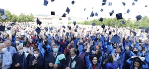 DPÜ Fen Edebiyat Fakültesinde mezuniyet heyecanı