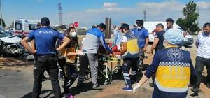 Kayseri'de minibüs aydınlatma direğine çarptı: 5 yaralı Vatandaşlar yaralılara yardım etmek için seferber oldu