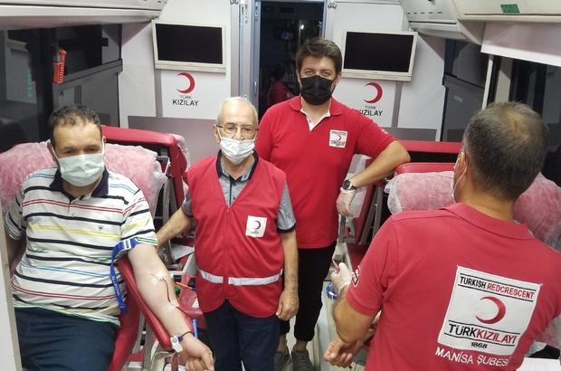 Manisalılar 15 Temmuz anısına kan vermeye koştu Kızılay Manisa Kan Merkezi Müdürlüğü 20 kişilik ekiple 4 noktada 400 ünite kan hedefine koşuyor