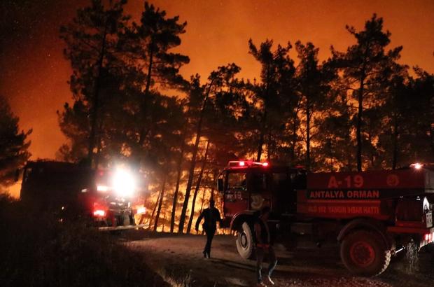 """Mersin'deki orman yangını kontrol altına alınmaya çalışıyor Mersin'in Aydıncık ilçesinde çıkan orman yangına, gece saatlerinde de müdahale edilmeye devam ediliyor Tarım ve Orman Bakanı Bekir Pakdemirli'de yangın bölgesinde incelemelerde bulunurken, yetkililerden son durum hakkında bilgi aldı Pakdemirli: """"Yangının kontrol altına alındığını diyemiyoruz"""""""