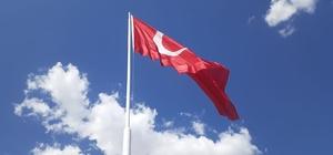 Samsat'ta dev Türk Bayrağı göndere çekildi