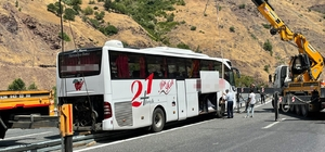 Elazığ'da faciadan dönüldü: Refüje çıkan otobüs 2 vinç yardımı ile kaldırıldı