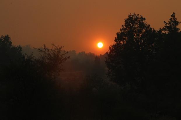 Yangının dumanı, güneşi kızıla bürüdü Mersin'in Aydıncık ilçesinde çıkan orman yangını devam ederken, ekiplerin müdahalesi devam ediyor Yangın dolayısıyla bölgede yoğun bir duman bulutu oluşurken, duman dolayısıyla güneş kızıla büründü