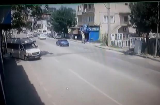 """Bursa'da """"kaza geliyorum"""" dedi Dikkatsiz minibüs sürücüsünün ana yolda u dönüşü yaparken otomobile çarptığı anlar kameralara yansıdı"""