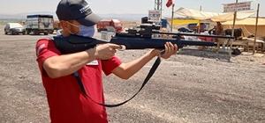 (Özel) Kurban yakalama timi enjektörlü havalı tüfek ile pazarda nöbet tutuyor