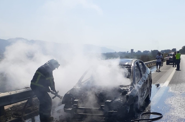Denizli'den yola çıkan araç seyir halindeyken çıkan yangında küle döndü