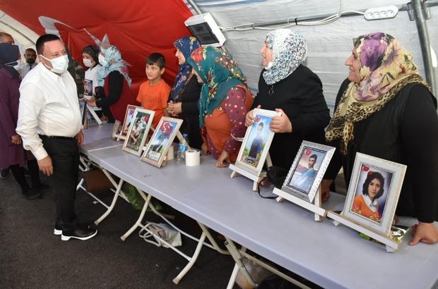 Bayram öncesinde ziyaret ettiği evlat nöbetindeki ailelerin alkışlarıyla karşılandı