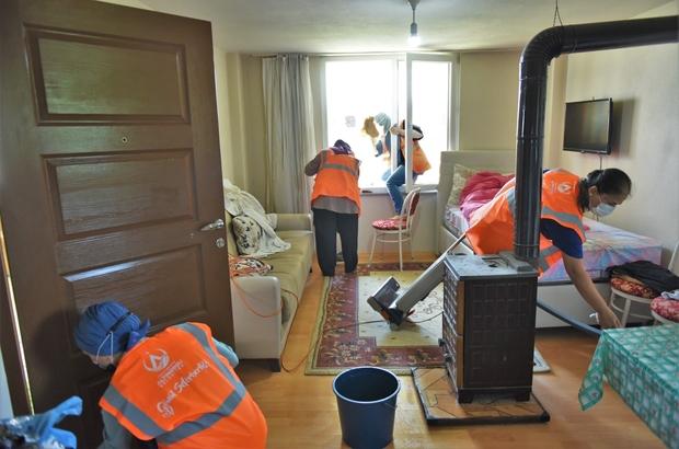 Altınordu Belediyesi, konutlarda bayram temizliğinde Belediye ekipleri, yaşlı, engelli, yatağa bağlı ve tek yaşayan vatandaşların evlerinde temizlik çalışması yürütüyor