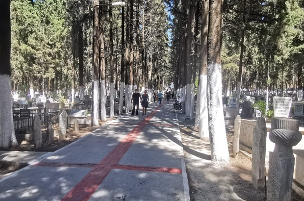Kuşadası'nda mezarlıklar ziyaretçi akınına uğradı