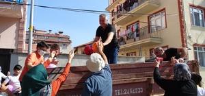 Mahalle Muhtarı çocuklara bayramlık top ve dondurma dağıttı
