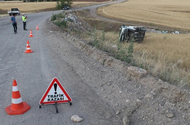 Kurban pazarından dönerken tarlaya uçtular: 3 yaralı Sivas'ta sürücüsünün direksiyon hakimiyetini kaybetmesi sonucu tarlaya devrilen kamyonetteki 3 kişi yaralandı