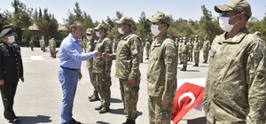 Vali Soytürk Mehmetçiklerle bayramlaştı