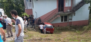 Otomobil evin duvarına çarptı: 2 yaralı